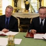 Signature de l'accord Google sur la presse par Francois Hollande et Eric Schmidt