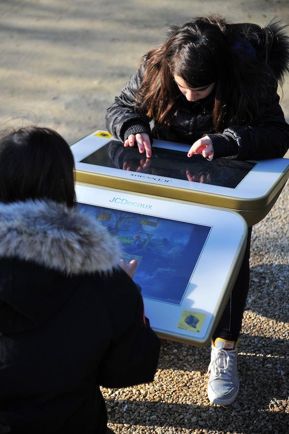 La tablette de jeu de JC Decaux pour les enfants dans les parcs